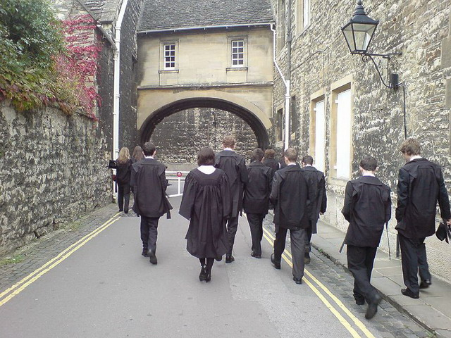800px-Oxford_University_students_academic_dress.jpg - 136.42 Kb
